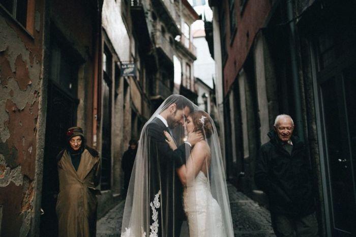 Свадебная фотосессия на старинных и узких улочках Португалии. Автор фотографии: (Ale Bigliazzi) Али Биглиацци.