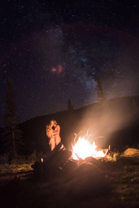 Ночь, звездное небо, костер посредине леса и пара влюбленных.