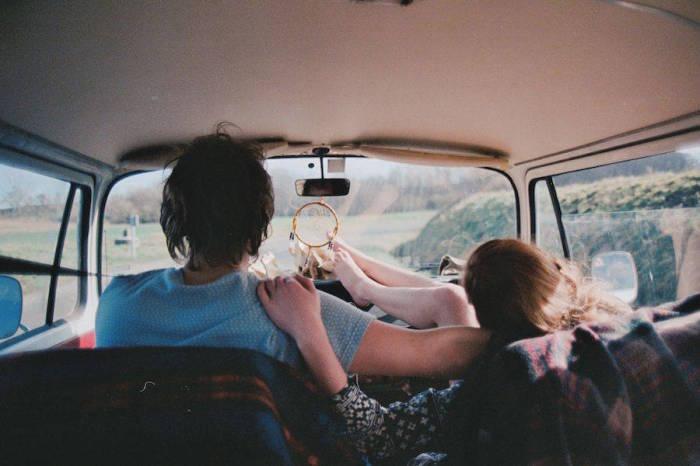 Молодая чета путешествует по стране на машине вместе с ловцом снов.