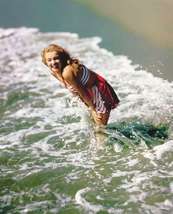 В августе 1946 года Норма Джин, после заключения контракта со студией «20 Century Fox», перекрасилась в блондинку и взяла псевдоним Мэрилин Монро.