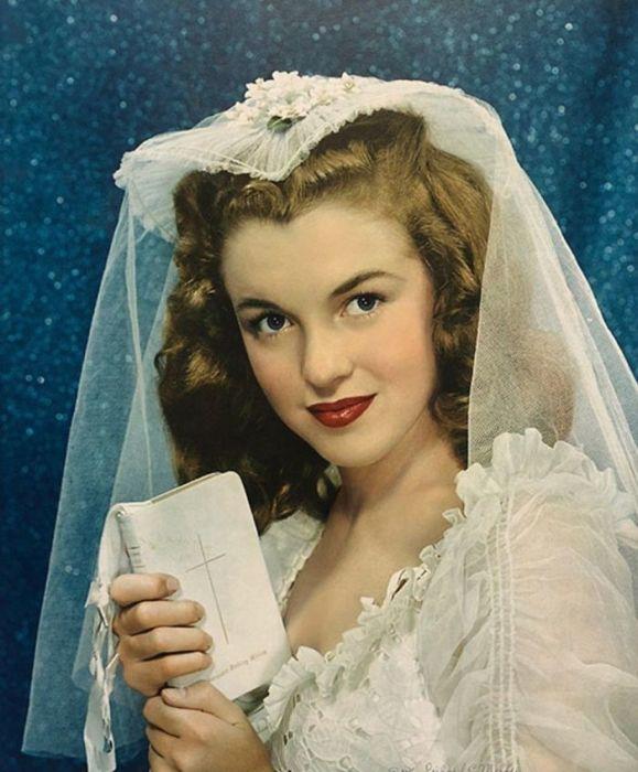 Среди выставленных на аукцион фотографий будет снимок Мэрилин Монро в свадебном платье – том самом, в котором девушка впервые выходила замуж.