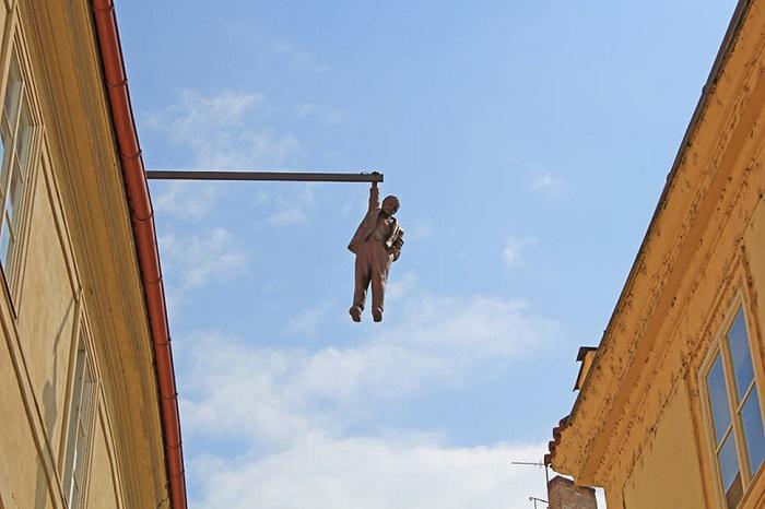 Уникальная скульптура, одно из многих творений всемирного известного чешского скульптора-провокатора Давида Черного в Праге.