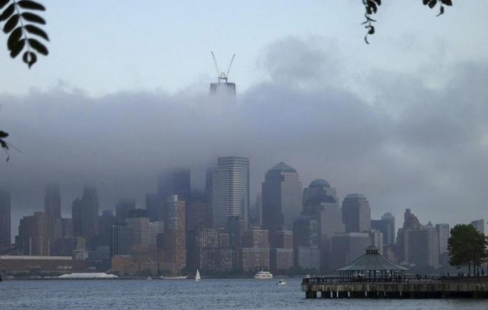 Нижний Манхэттен окутан облаками. Фотограф Гэри Херсон (Gary Hershorn).