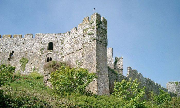 Замок был основан в начале XII века, в период правления Генриха I, первым Лордом Барри Уильямом де Барри.