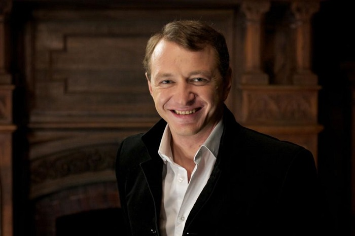 Один из самых востребованных актеров театра и кино, за спиной которого десятки ролей в самых известных фильмах и сериалах российской киноиндустрии.