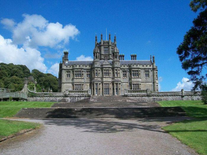 Одно из самых старых строений на территории графства Гламорган (Glamorgan) и находится на склоне горы Mynydd Margam.