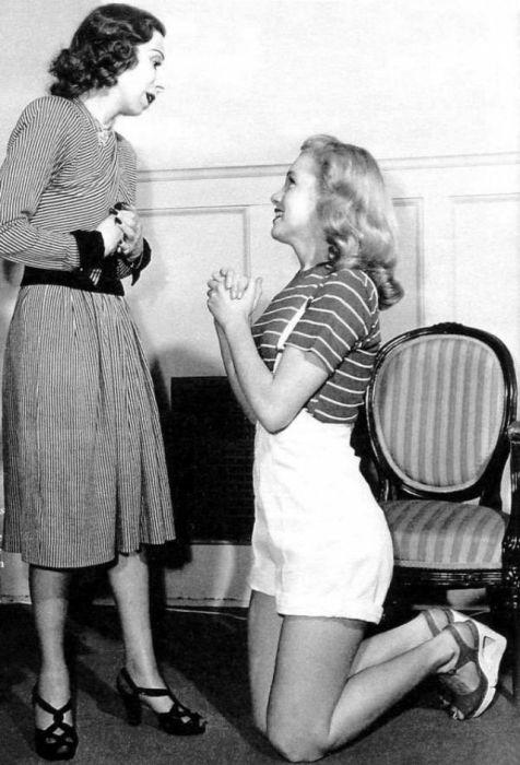 Мэрилин Монро впервые появляется на экране как Эви.