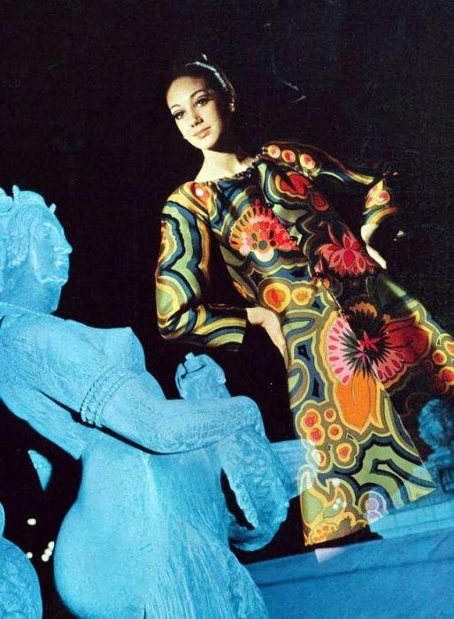 Фотомодель журнала «Vogue» в ярком шелковом платье от Lanvin с цветочным принтом позирует Дэвиду Бэйли.