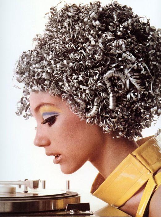 Мариса Беренсон в алюминиевом парике от Ungaro позирует в парижской студии Ричарда Аведона.