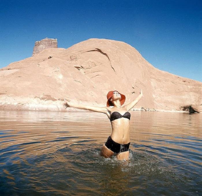 Американская фотомодель и актриса в раздельном купальнике на съемках для журнала «Vogue», проходивших на озере Пауэлл в Аризоне.
