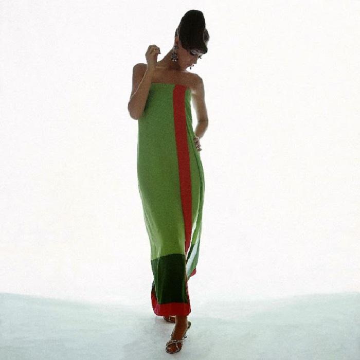Известная американская модель 1960-х годов в шифоновом платье без бретелек от Bill Blass, серьгах и туфлях в объективе фотографа Берта Стерна.