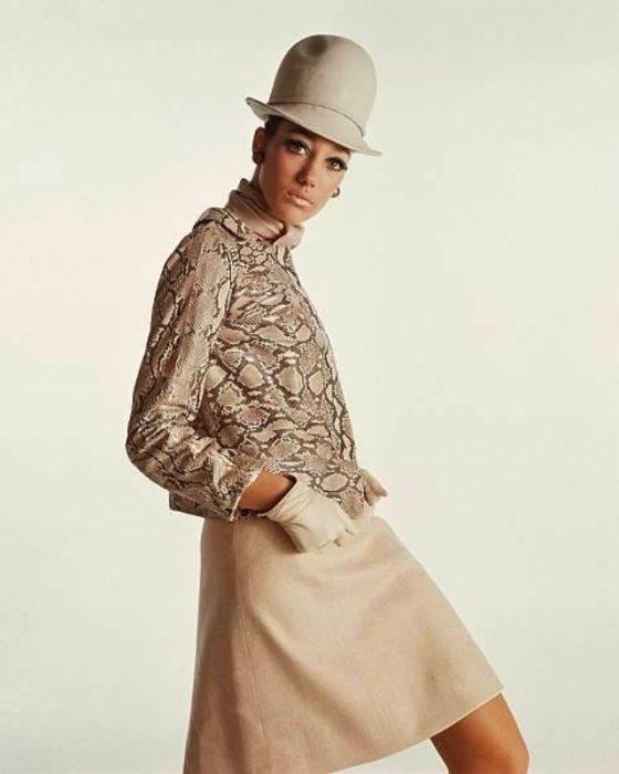 Мариса Беренсон в кремовой юбке и куртке со змеиным прином от Fleming-Joff.