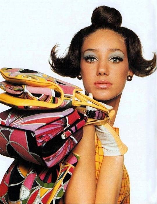 Мариса Беренсон с сумочками от Эмилио Пуччи позирует американскому фотографу Ирвину Пенну для журнала «Vogue».