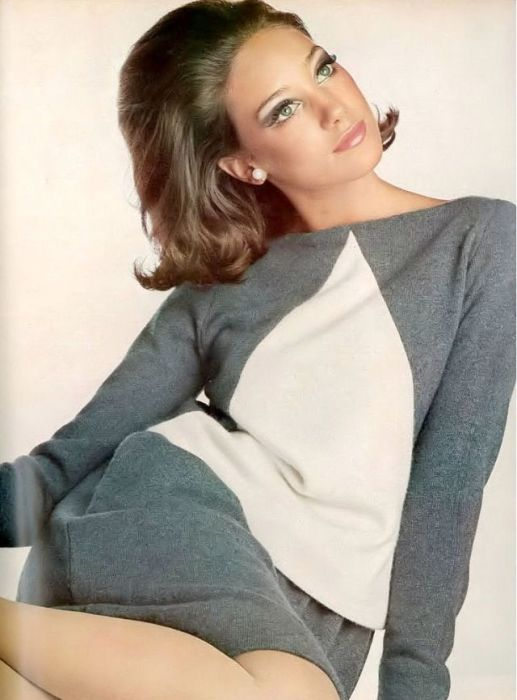 Мариса Беренсон позирует для страниц модного журнала «Vogue» в серо-белом кашемировом костюме от Lotte of Dalton.