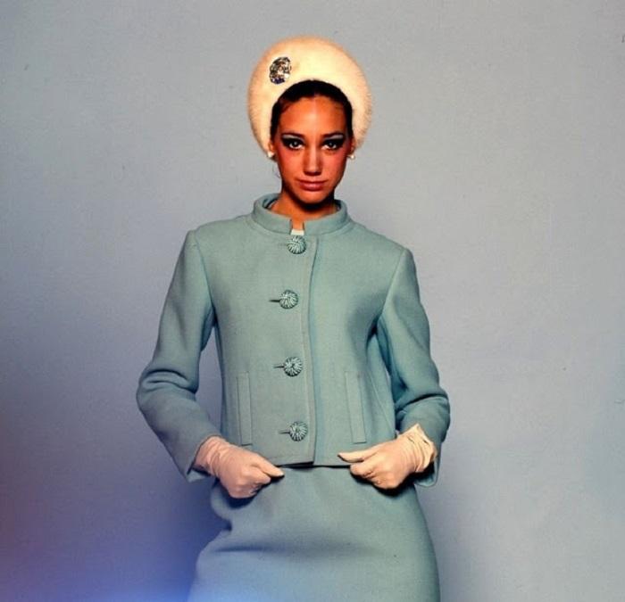 Американская фотомодель в костюме от Seymour Fox и шляпке позирует фотографу Ирвину Пенну.