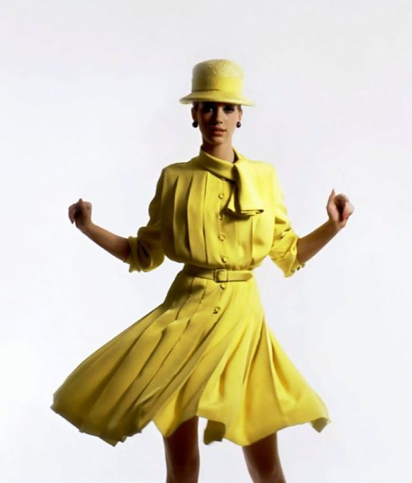 Мариса Беренсон в плиссированном желтом платье от Dior в объективе фотографа Девида Бейли специально для журнала «Vogue».