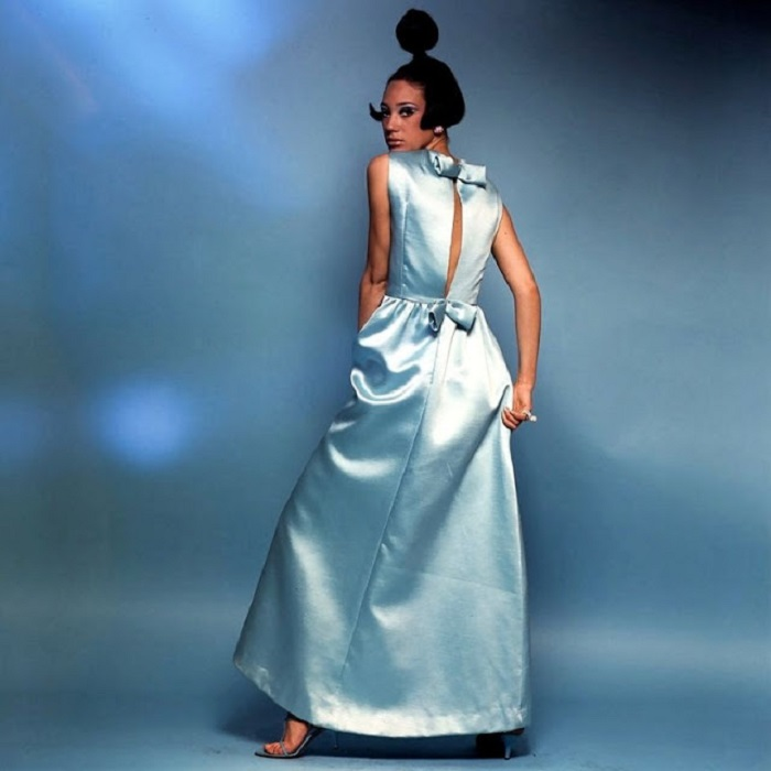 Мариса в нежно-голубом вечернем платье от Nat Kaplan в объективе фотографа Берта Стерна.