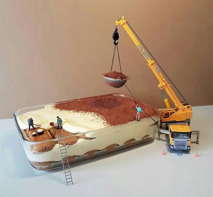 Мини-строители разравнивают крем на торте и с помощью подъёмного крана посыпают его какао-порошком.