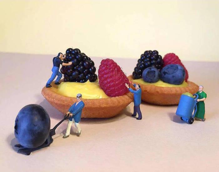 Жизнь миниатюрных человечков в мире гигантских десертов.