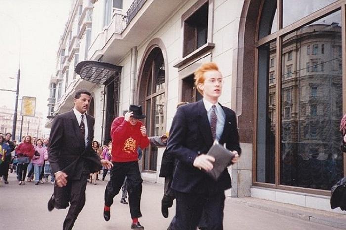 Майкл бежит от фанатов.
