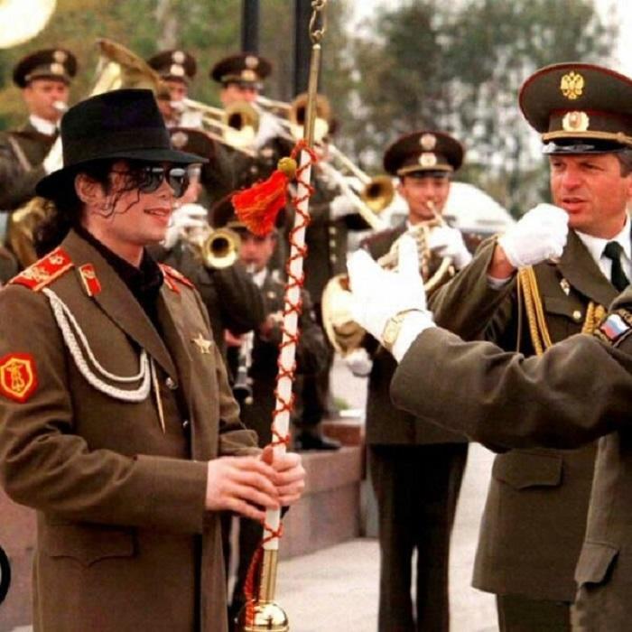 Военный оркестр в честь Майкла Джексона.