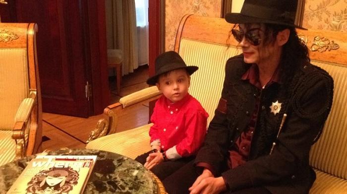 Майкл Джексон по прибытии в гостиницу.