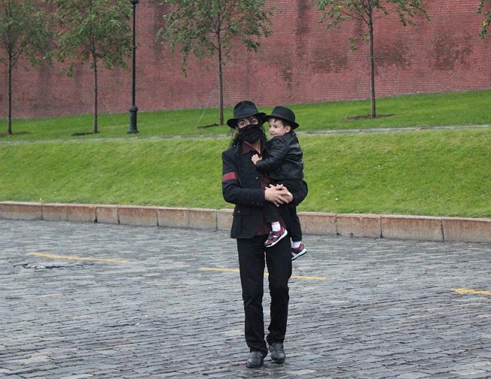 Майкл Джексон прогуливается по Красной площади и окрестностям.