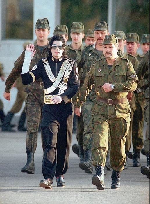 Майкл Джексон марширует с российскими солдатами и офицерами, 1993 год.