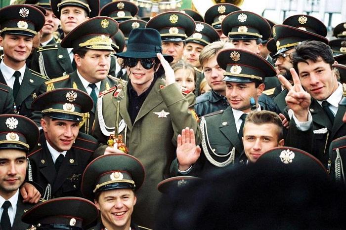 Памятная фотография Майкла Джексона среди офицеров.