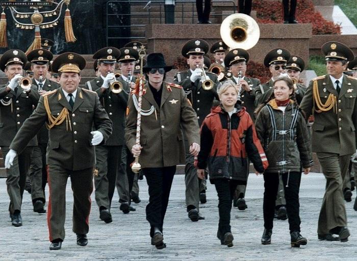 Военный оркестр для короля эстрады.