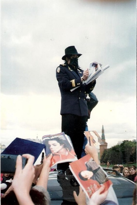 Майкл Джексон раздаёт автографы фанатам.