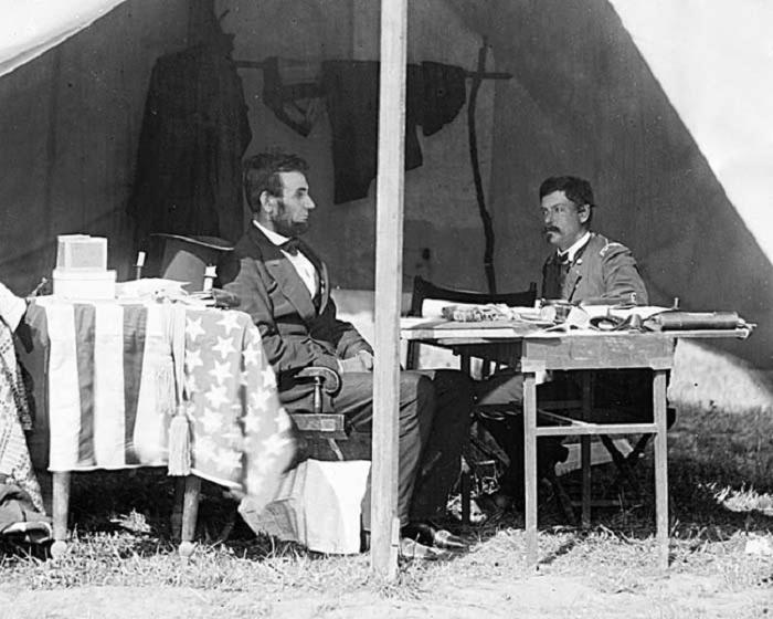 Авраам Линкольн и генерал Джордж Макклеллан в палатке генерала в Антитаме. 3 октября 1862 года.