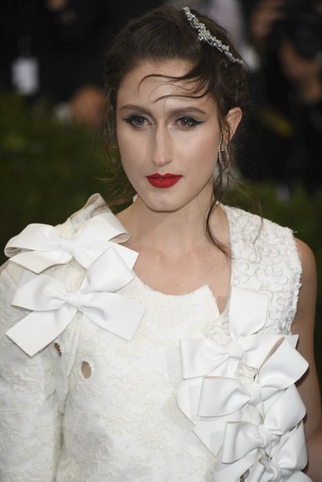 Авангардное платье модели стилисты дополнили «растрепанной» прической с горизонтальными прядями на лбу.