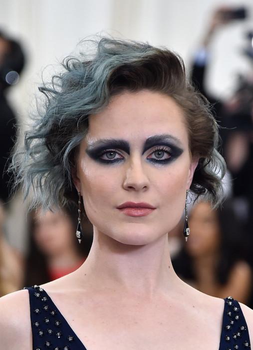 Пряди сапфирового оттенка оказались не столь заметны на фоне насыщенного макияжа глаз.