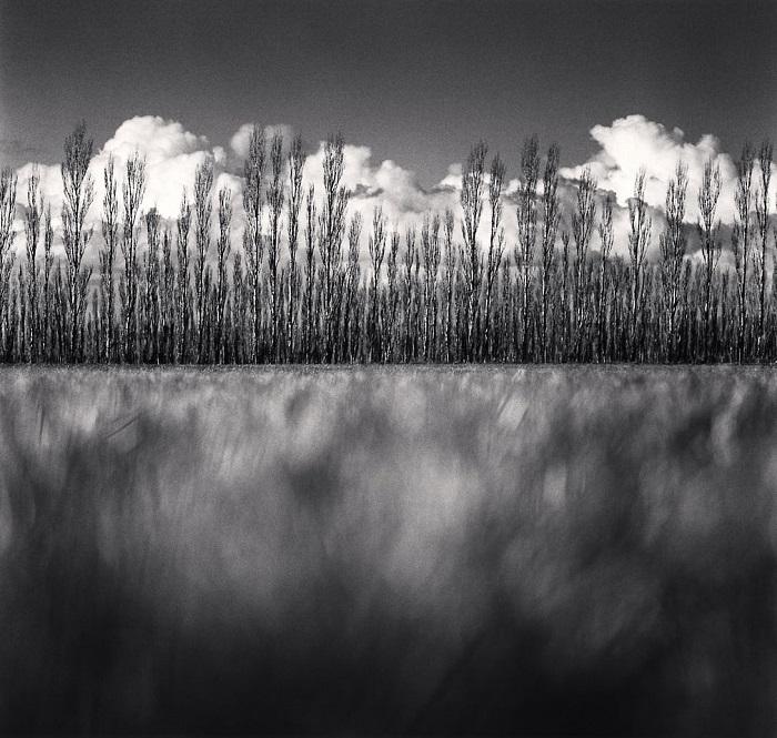 Примечательно то, что британский фотограф снимает свои потрясающие пейзажи исключительно на пленку.