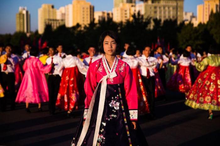 Во время национальных праздников в больших городах организовывают массовые танцы.