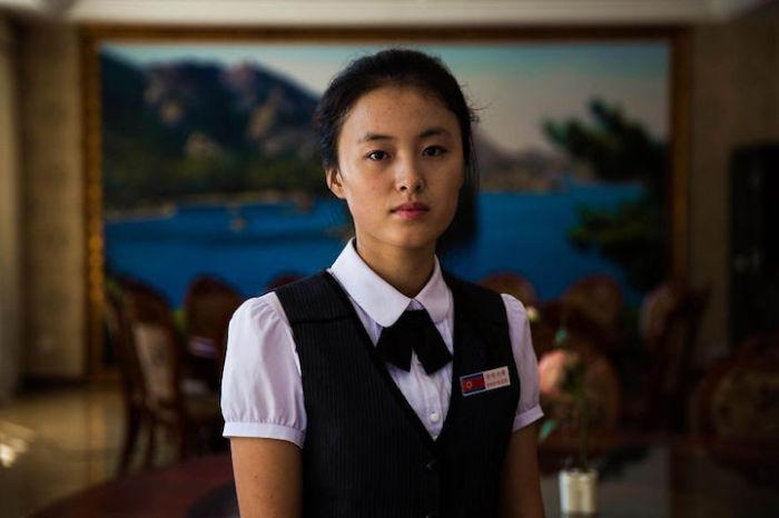 Приветливая сотрудница гостиницы в Синыйджу.