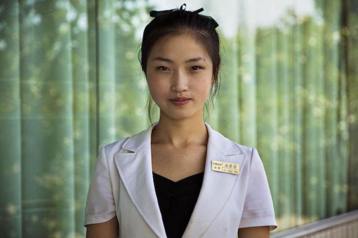 Официантка в одном из ресторанов Пхеньяна.