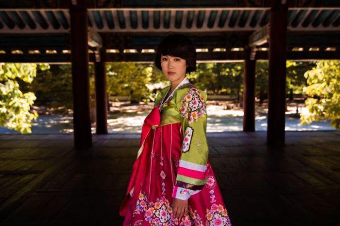 Девушка в ярком одеянии у музея в Кэсоне.