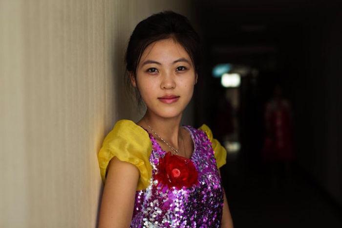 Певица перед выступлением в Синыйджу.