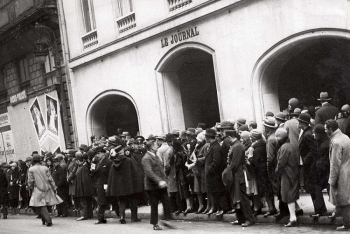 Публика у входа в здание, где выбирают мисс Европа - 1930 года.