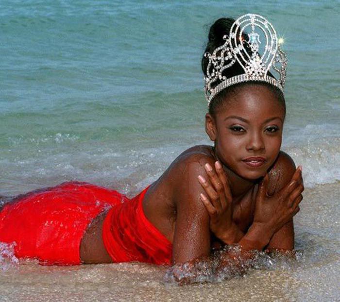 Третья женщина африканского наследия, что завоевала корону победительницы конкурса «Мисс Вселенная 1998».