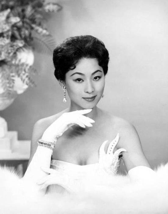 Японская модель, первая азиатка, получившая титул «Мисс Вселенная 1959».