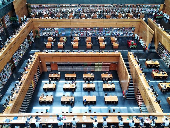 Посетители заняты чтением в Национальной библиотеке Китая (Пекин, Китай, июнь 2014 года, iPhone 5S).