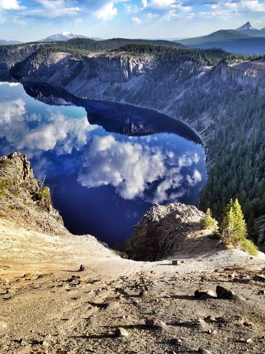 Озеро с темно-синим цветом воды расположенное в горном кратере. Фотограф Ронинген.