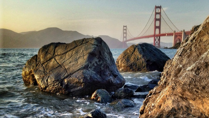 Необычный вид на мост в Сан-Франциско со стороны каменных валунов.
