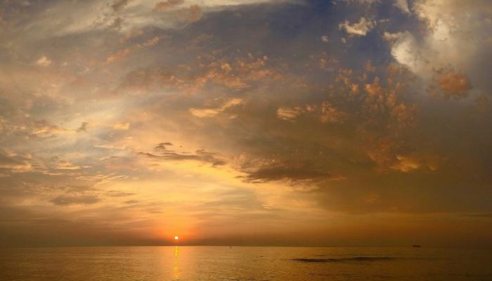 Восход солнца над морем. Фотограф Энди Ройстон.