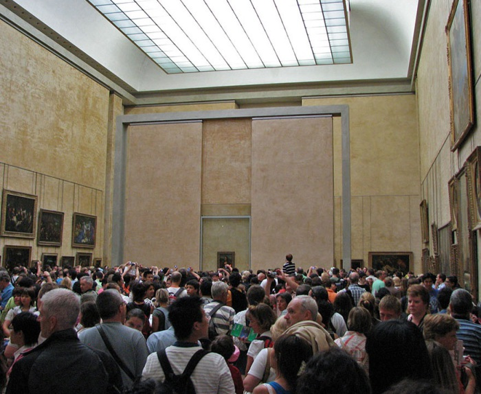 Огромное количество людей толпится возле картины и пытается ее фотографировать.