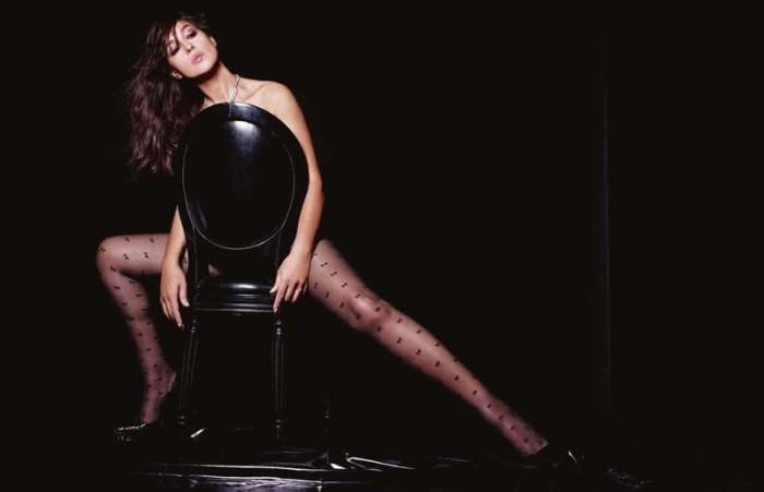 Актриса не один раз раздевалась перед объективом фотокамер различных изданий, а для «Lui Magazine» и фотографа Джона Ракины снялась одетой лишь в черные колготки и туфли.
