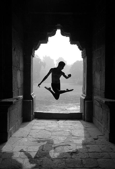 Третьим в номинации «Файн-арт» стал чилийский фотограф Николя Ипиньа (Nicolas Ipina) со снимком индийского танцора.